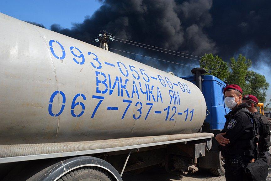 Пожар на нефтебазе: спасатели локализировали очаг (ФОТОРЕПОРТАЖ) (фото) - фото 2