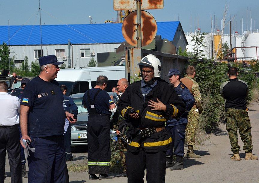 Пожар на нефтебазе: спасатели локализировали очаг (ФОТОРЕПОРТАЖ) (фото) - фото 3