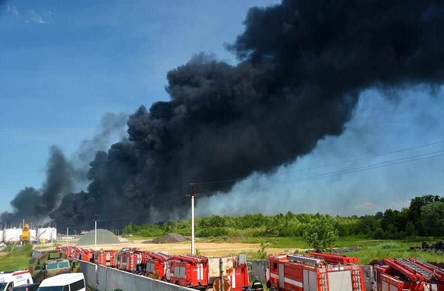 Пожар на нефтебазе: спасатели локализировали очаг (ФОТОРЕПОРТАЖ) (фото) - фото 1