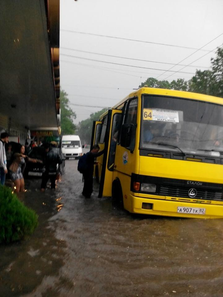Потоп в Симферополе: Ж/д вокзал ушел под воду, с дорог смыло асфальт, а машины сносило потоком воды (ФОТО, ВИДЕО), фото-5
