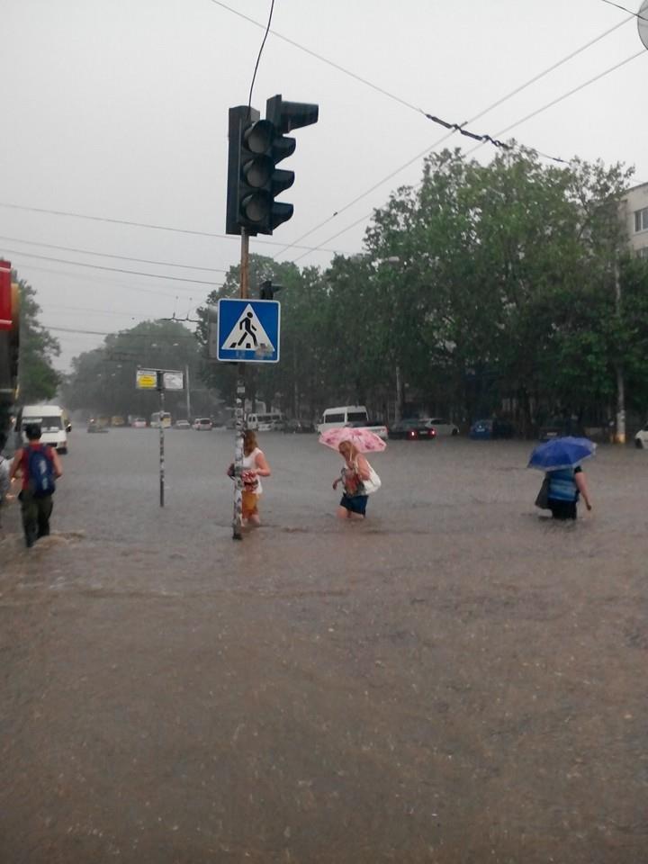 Потоп в Симферополе: Ж/д вокзал ушел под воду, с дорог смыло асфальт, а машины сносило потоком воды (ФОТО, ВИДЕО), фото-6