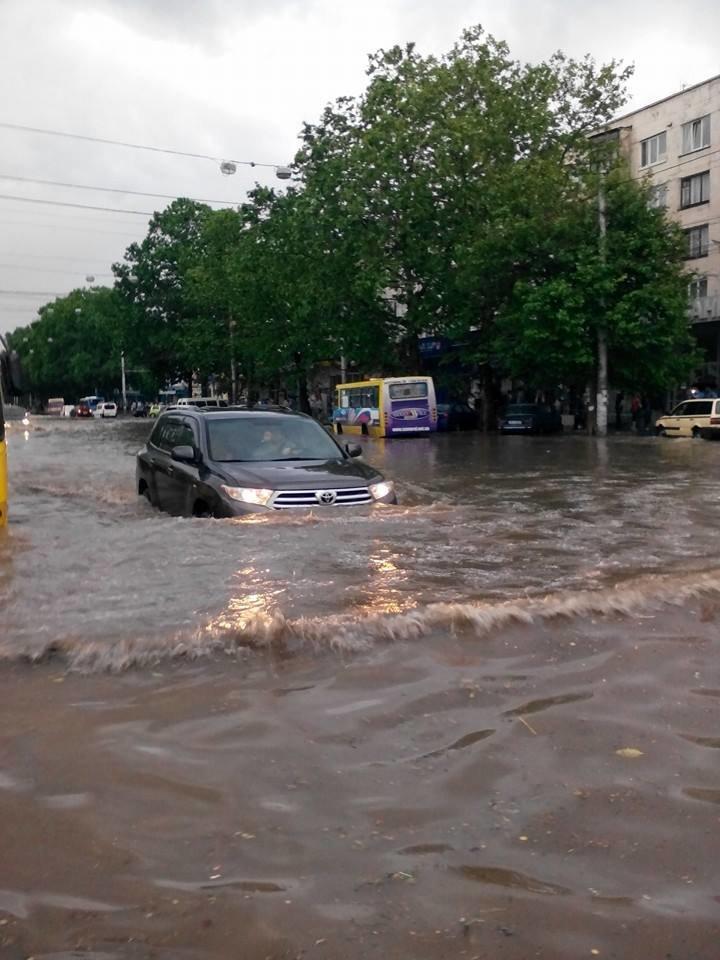 Потоп в Симферополе: Ж/д вокзал ушел под воду, с дорог смыло асфальт, а машины сносило потоком воды (ФОТО, ВИДЕО), фото-3