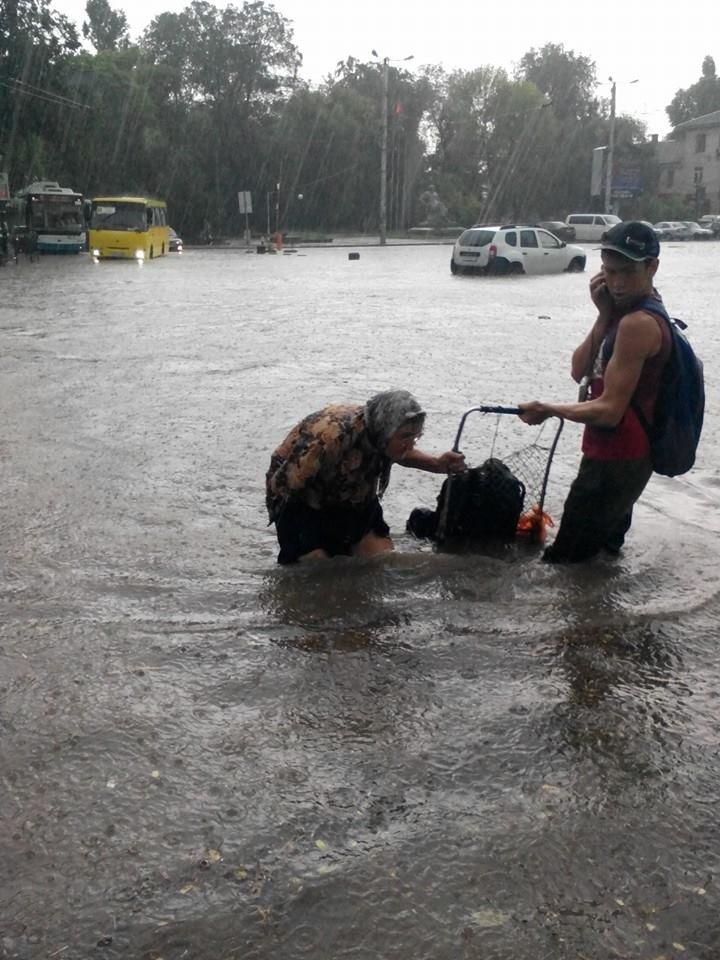 Потоп в Симферополе: Ж/д вокзал ушел под воду, с дорог смыло асфальт, а машины сносило потоком воды (ФОТО, ВИДЕО), фото-7