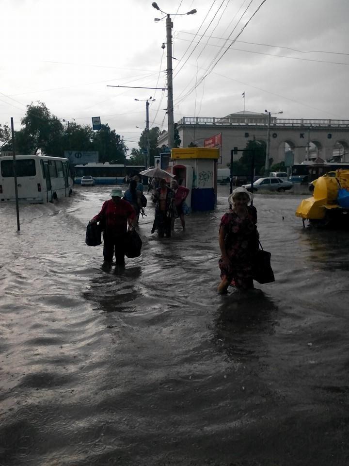 Потоп в Симферополе: Ж/д вокзал ушел под воду, с дорог смыло асфальт, а машины сносило потоком воды (ФОТО, ВИДЕО), фото-8