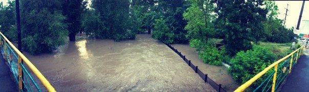 Потоп в Симферополе: Ж/д вокзал ушел под воду, с дорог смыло асфальт, а машины сносило потоком воды (ФОТО, ВИДЕО), фото-17
