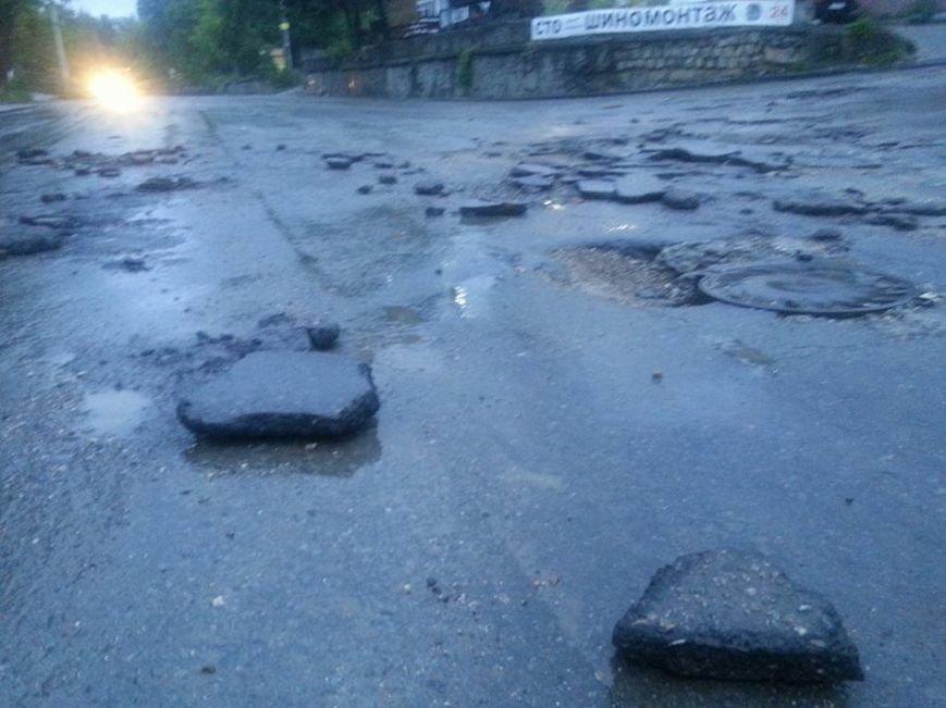 Потоп в Симферополе: Ж/д вокзал ушел под воду, с дорог смыло асфальт, а машины сносило потоком воды (ФОТО, ВИДЕО), фото-14