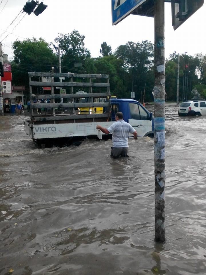 Потоп в Симферополе: Ж/д вокзал ушел под воду, с дорог смыло асфальт, а машины сносило потоком воды (ФОТО, ВИДЕО), фото-2