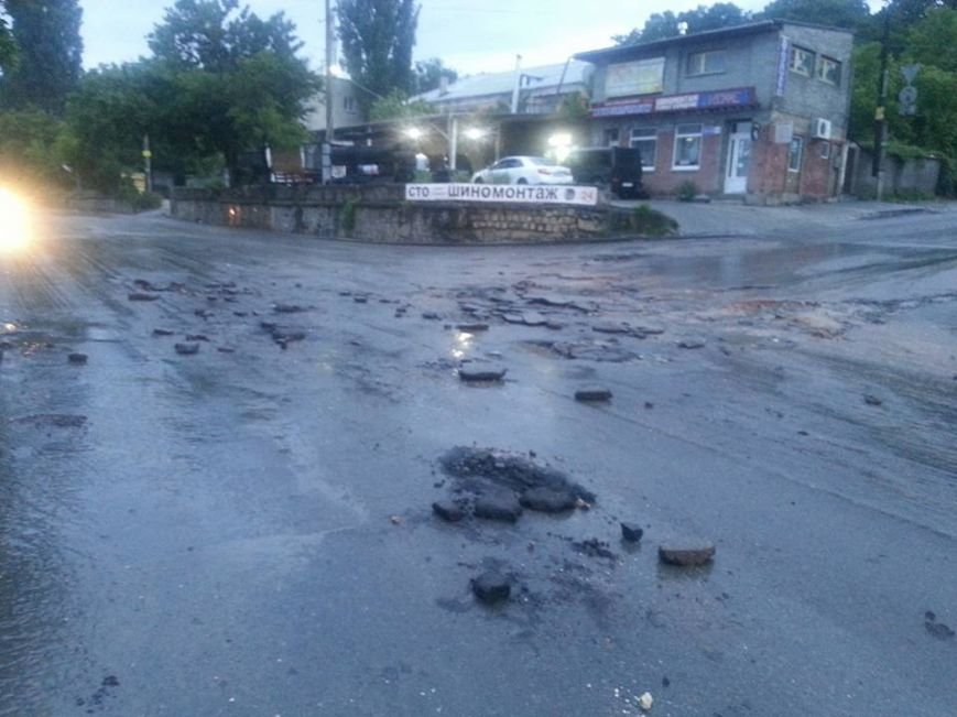 Потоп в Симферополе: Ж/д вокзал ушел под воду, с дорог смыло асфальт, а машины сносило потоком воды (ФОТО, ВИДЕО), фото-12