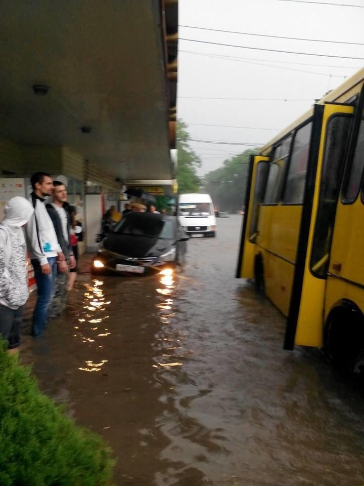 Потоп в Симферополе: Ж/д вокзал ушел под воду, с дорог смыло асфальт, а машины сносило потоком воды (ФОТО, ВИДЕО), фото-4