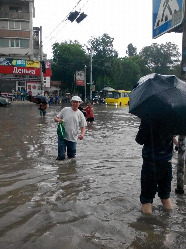 Потоп в Симферополе: Ж/д вокзал ушел под воду, с дорог смыло асфальт, а машины сносило потоком воды (ФОТО, ВИДЕО), фото-9