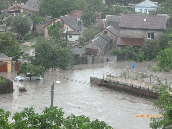 Потоп в Симферополе: Ж/д вокзал ушел под воду, с дорог смыло асфальт, а машины сносило потоком воды (ФОТО, ВИДЕО) (фото) - фото 18