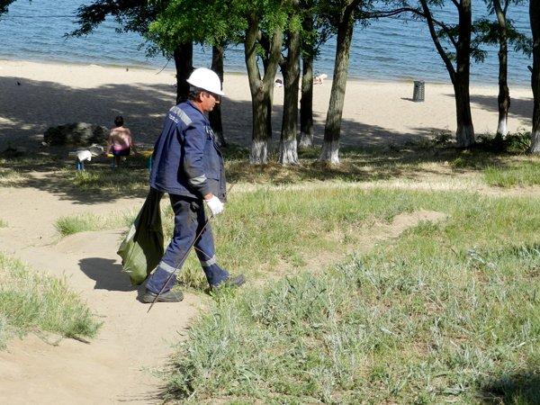 Николаевские рабочие взялись за бутылки, чтобы сделать мир чище (ФОТО) (фото) - фото 1