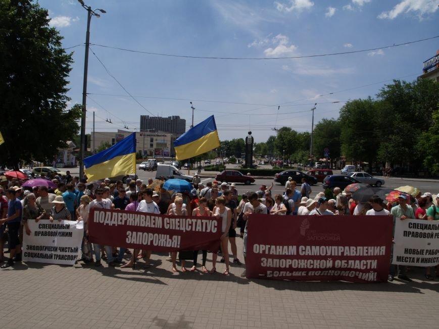 Запорожцы под стенами горсовета требуют от депутатов поддержать законопроект о спецстатусе региона (ФОТО) (фото) - фото 3