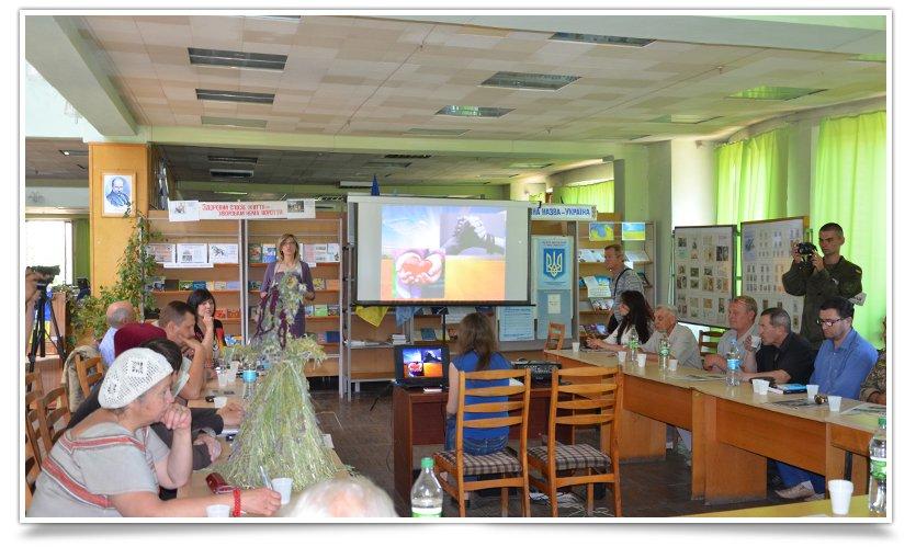 Славянская библиотека собрала своих друзей за круглым столом (фото) - фото 1