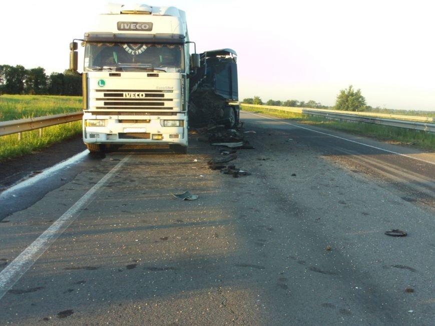На Кировоградщине в результате ДТП грузовик превратился в груду металла, водитель в больнице. ФОТО (фото) - фото 1