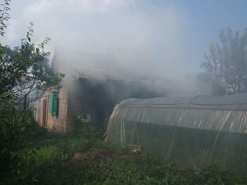 В Днепродзержинске во дворе частного дома случился пожар (фото) - фото 3