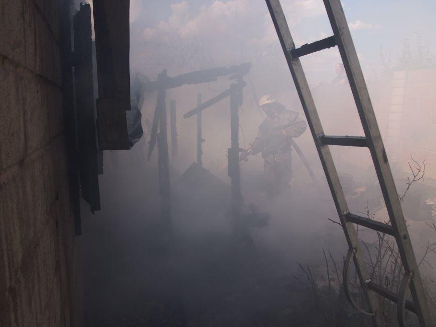 В Днепродзержинске во дворе частного дома случился пожар (фото) - фото 2