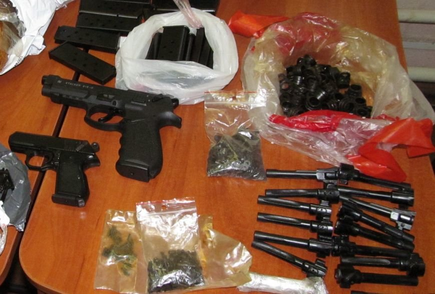 Харьковчанка с дочерью везла в Россию пакет с пистолетами, фото-2