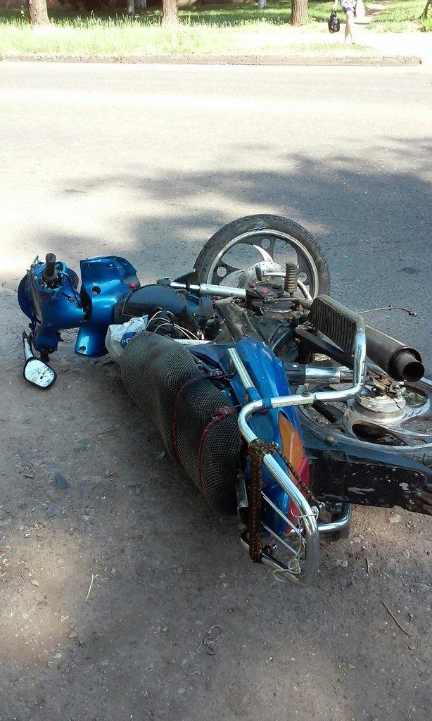 ДТП в Кривом Роге: Выезжая с парковки, девушка не увидела скутер на главной дороге (фото) - фото 1
