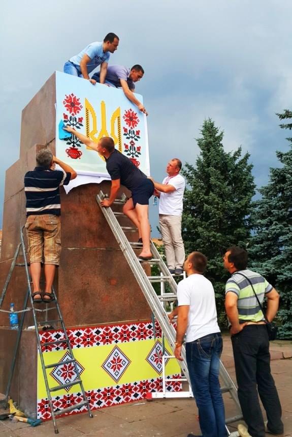 На Николаевщине постамент Ильича одели в вышиванку (ФОТОФАКТ), фото-1