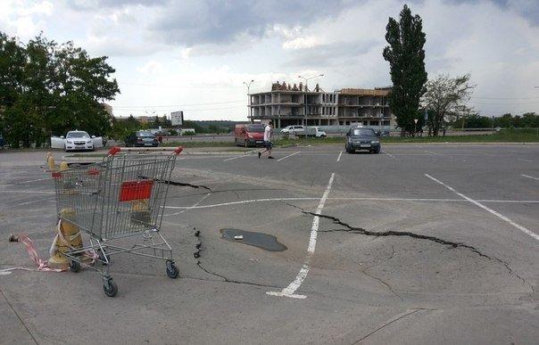 В Симферополе на автостоянке у ТЦ «Южная галерея» асфальт уходит под землю (ФОТОФАКТ) (фото) - фото 1