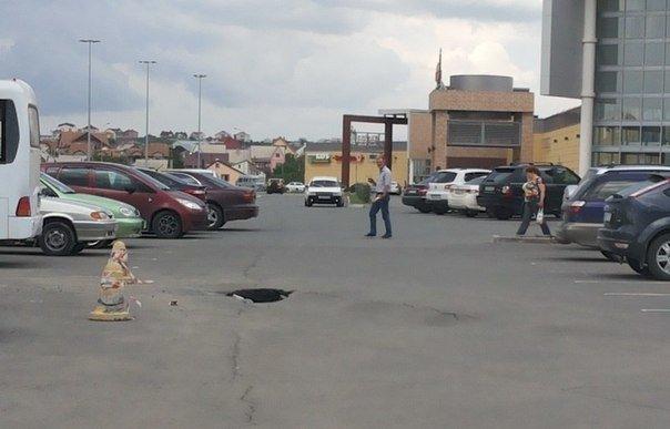 В Симферополе на автостоянке у ТЦ «Южная галерея» асфальт уходит под землю (ФОТОФАКТ) (фото) - фото 3