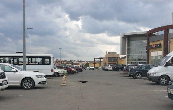 В Симферополе на автостоянке у ТЦ «Южная галерея» асфальт уходит под землю (ФОТОФАКТ), фото-2