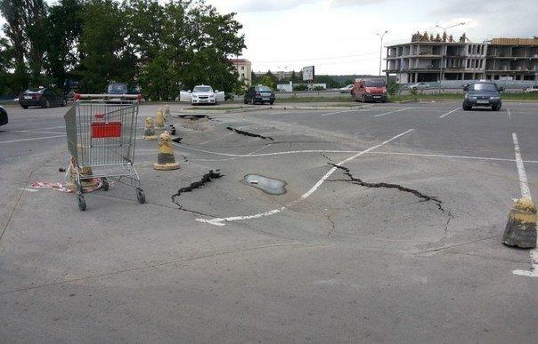 В Симферополе на автостоянке у ТЦ «Южная галерея» асфальт уходит под землю (ФОТОФАКТ) (фото) - фото 4