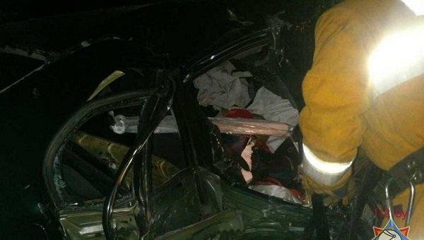 В Лиде пассажира автомобиля зажало в салоне после удара о дерево (фото) - фото 1
