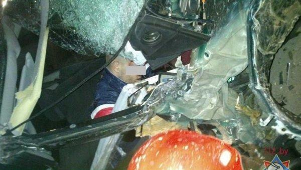 В Лиде пассажира автомобиля зажало в салоне после удара о дерево (фото) - фото 2