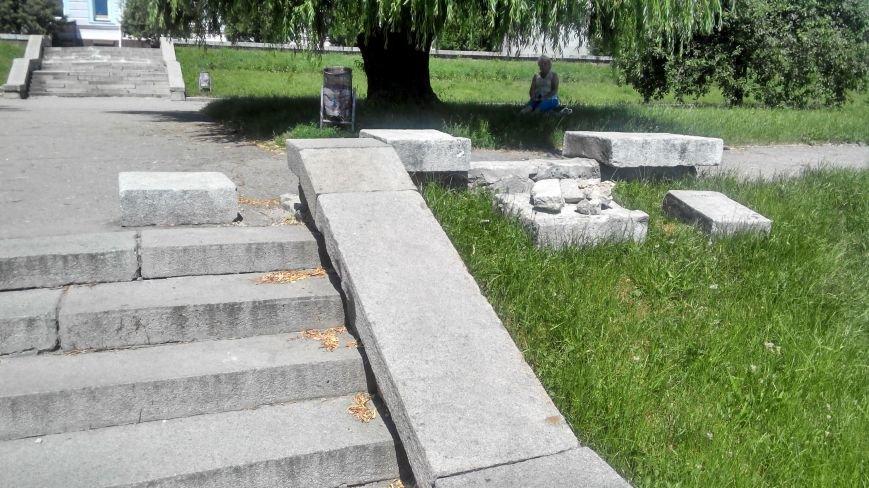 «Быдло» вернулось? В Сумах опять разрушили парапет вдоль ступенек к фонтану «Садко» (ФОТО) (фото) - фото 1