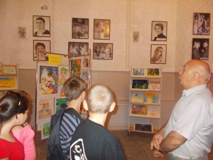 В Армавире полицейские и Общественный совет пригласили детей подшефной школы – интерната в театр (фото) - фото 1