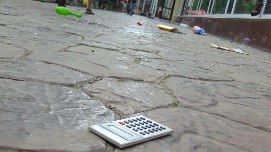 В день приезда Петра Порошенко в центре Мариуполя на голову горожан падали машины и оружие. Пострадавших нет (ФОТОФАКТ) (фото) - фото 4