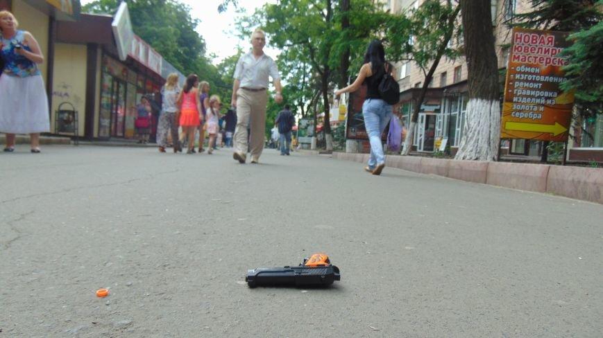 В день приезда Петра Порошенко в центре Мариуполя на голову горожан падали машины и оружие. Пострадавших нет (ФОТОФАКТ) (фото) - фото 1
