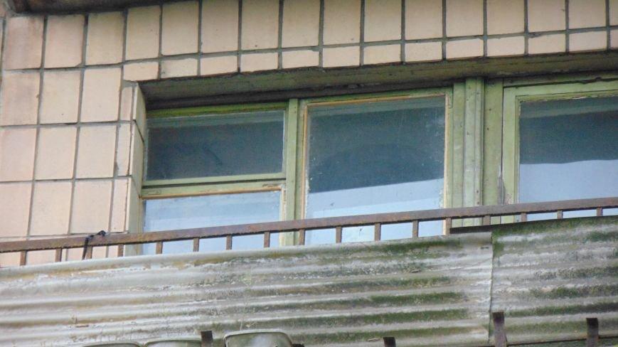 В день приезда Петра Порошенко в центре Мариуполя на голову горожан падали машины и оружие. Пострадавших нет (ФОТОФАКТ) (фото) - фото 7