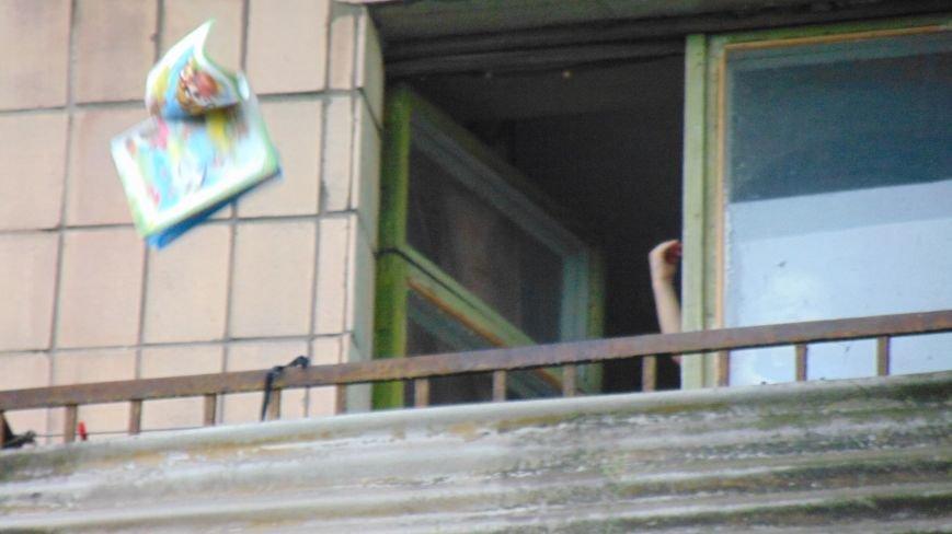 В день приезда Петра Порошенко в центре Мариуполя на голову горожан падали машины и оружие. Пострадавших нет (ФОТОФАКТ) (фото) - фото 3