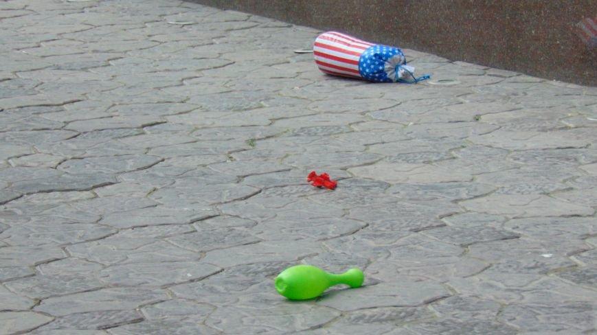 В день приезда Петра Порошенко в центре Мариуполя на голову горожан падали машины и оружие. Пострадавших нет (ФОТОФАКТ) (фото) - фото 8