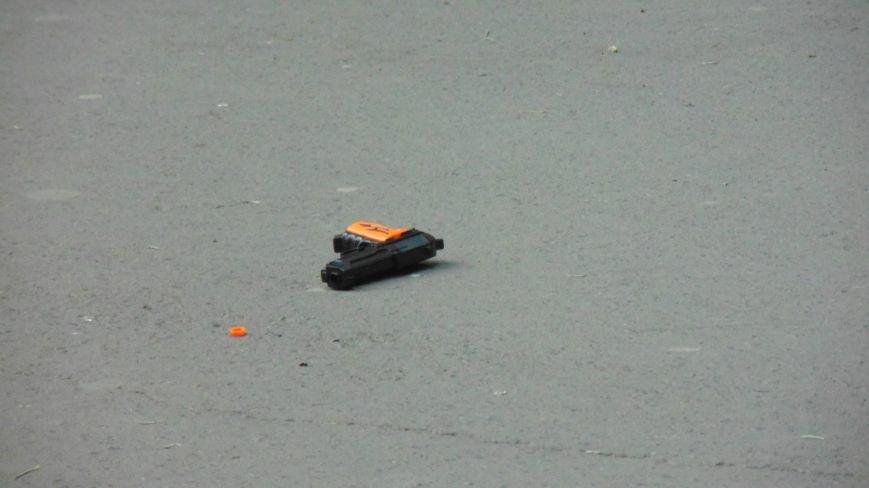 В день приезда Петра Порошенко в центре Мариуполя на голову горожан падали машины и оружие. Пострадавших нет (ФОТОФАКТ) (фото) - фото 2