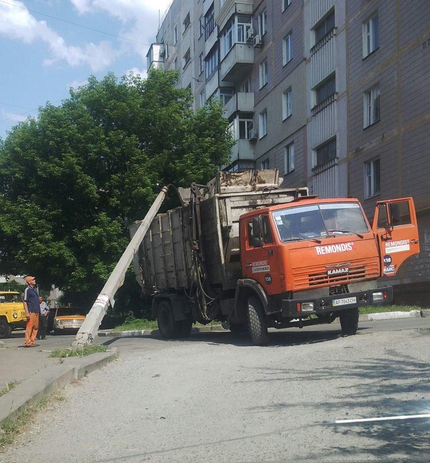 В Запорожье мусоровоз повалил столб (ФОТОФАКТ) (фото) - фото 1