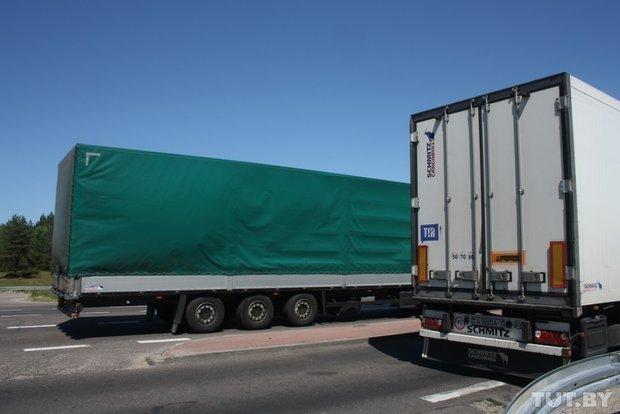 Репортаж с польско-белорусской границы: узкая дорога, 4,5 часа ожидания и «стукачество» поляков на белорусов (фото) - фото 3