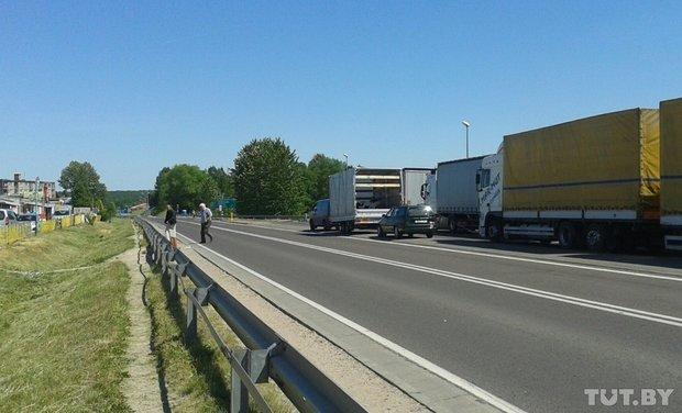 Репортаж с польско-белорусской границы: узкая дорога, 4,5 часа ожидания и «стукачество» поляков на белорусов (фото) - фото 6