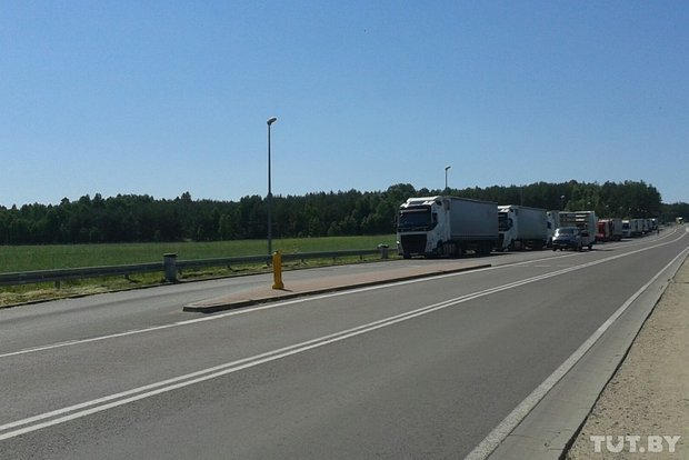 Репортаж с польско-белорусской границы: узкая дорога, 4,5 часа ожидания и «стукачество» поляков на белорусов (фото) - фото 7