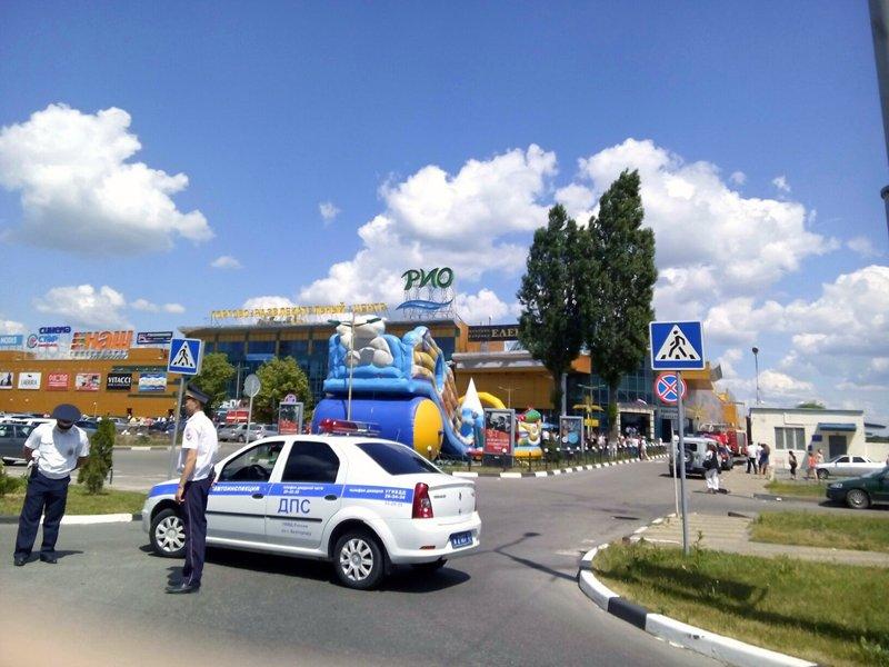 Спасатели эвакуировали белгородцев из торгового центра «Рио» (фото) - фото 1