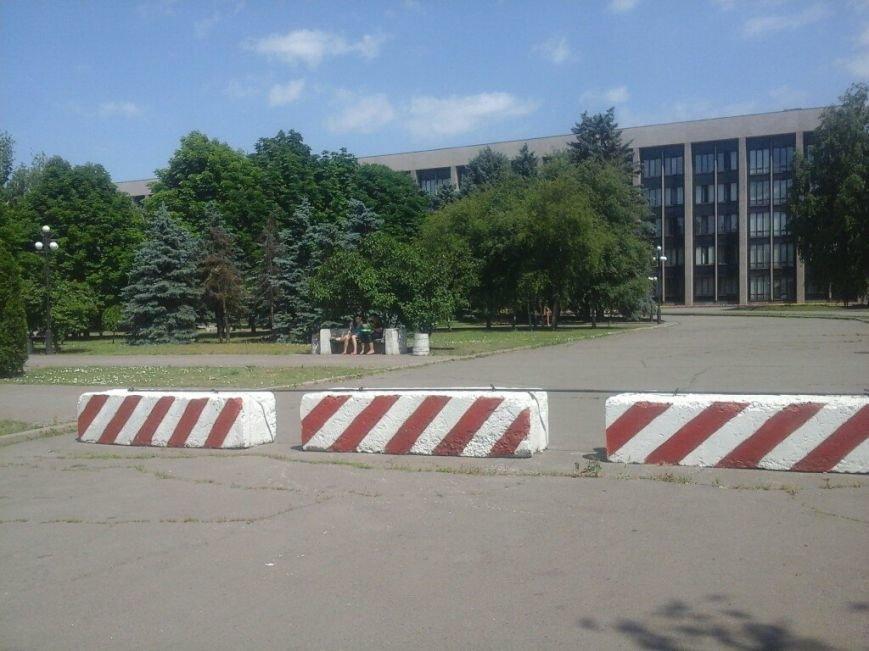 Подъезды к зданию Криворожского горисполкома перекрыты бетонными блоками (ФОТО), фото-9