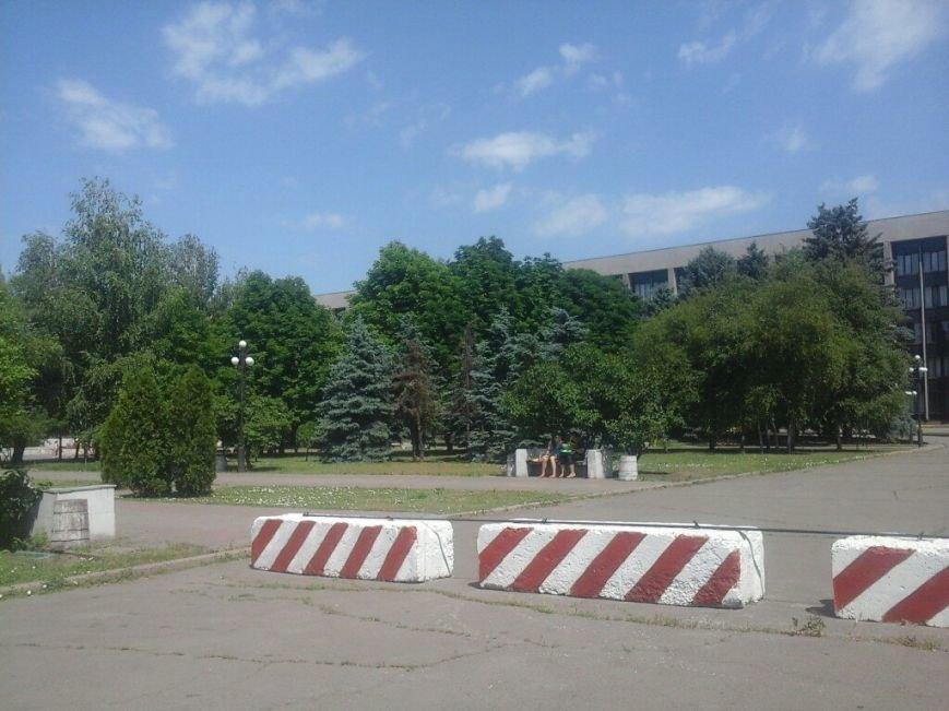 Здание Криворожского горисполкома надежно защищено бетонными блоками (ФОТО) (фото) - фото 1