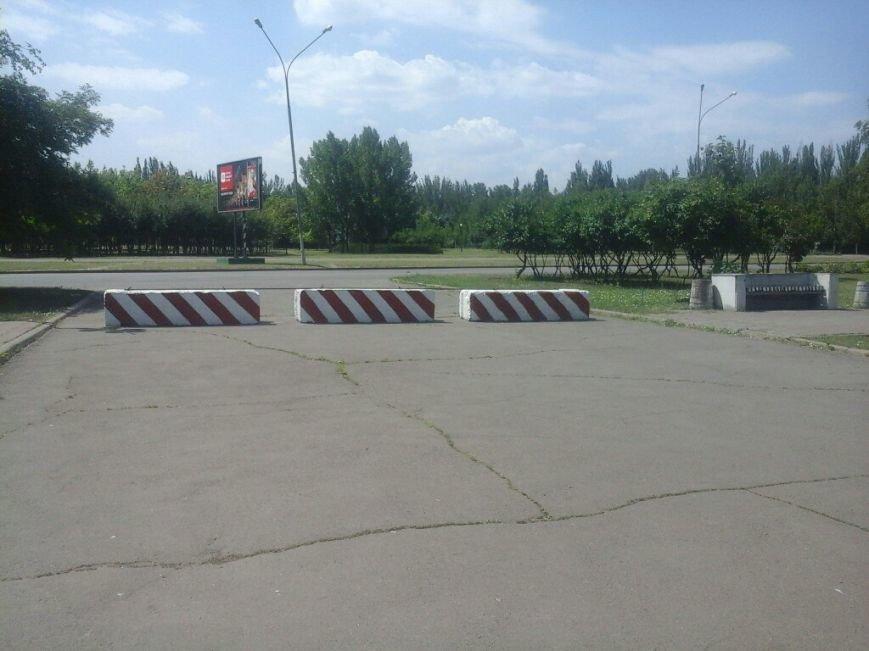 Подъезды к зданию Криворожского горисполкома перекрыты бетонными блоками (ФОТО), фото-5