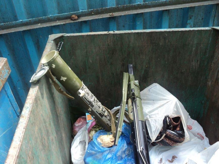 В Мариуполе в мусорном баке нашли гранатомет (ФОТО) (фото) - фото 1