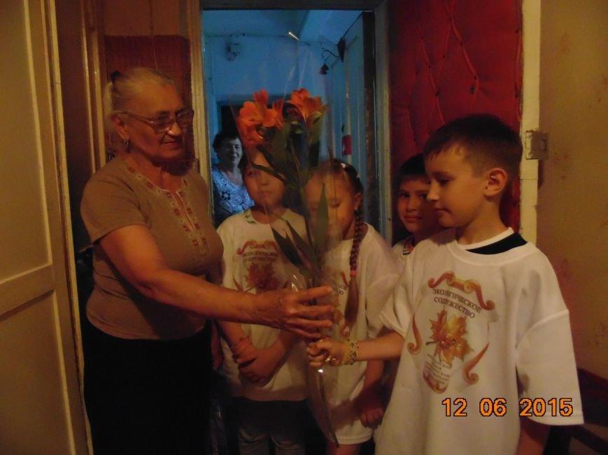 Старшие экологи-добровольцы поздравили тружеников тыла с Днём России! (фото) - фото 1