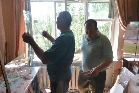 В Енакиево, на «Фильтровальной» продолжают устанавливать новые стекла, фото-1