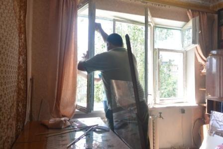 В Енакиево, на «Фильтровальной» продолжают устанавливать новые стекла, фото-2